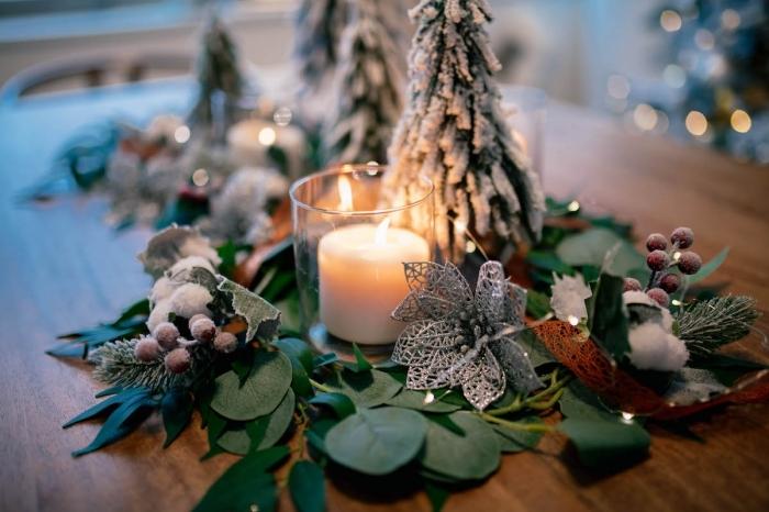 idee deco noel a faire soi meme, arrangement avec feuilles et mini arbres de Noël artificiels pour table de Noël rustique