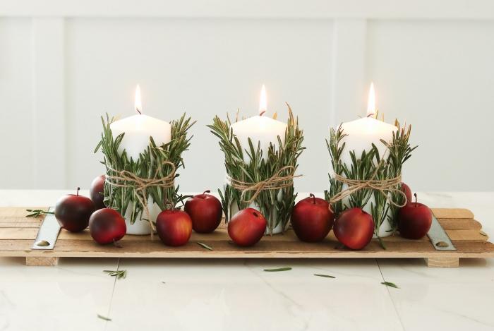 les plus belles tables de noel avec décoration DIY, arrangement de Noël avec bougies décorées de branches de romarin