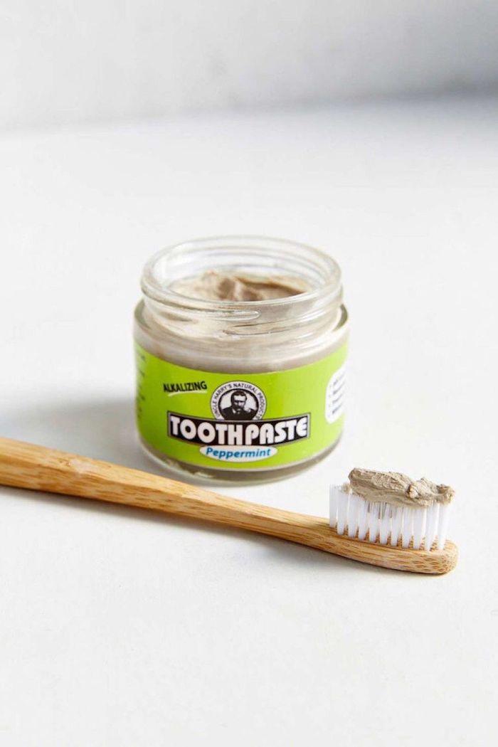 Dentifrice et brosse en bois zero waste, idee cadeau maitresse fin d année fait maison, cadeau ecolo