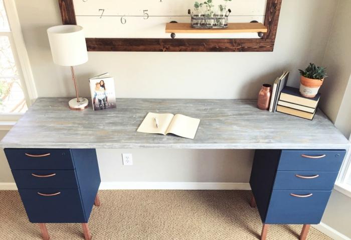 construction meuble pour coin de travail à domicile, diy bureau fabriqué avec planche de bois gris et caissons