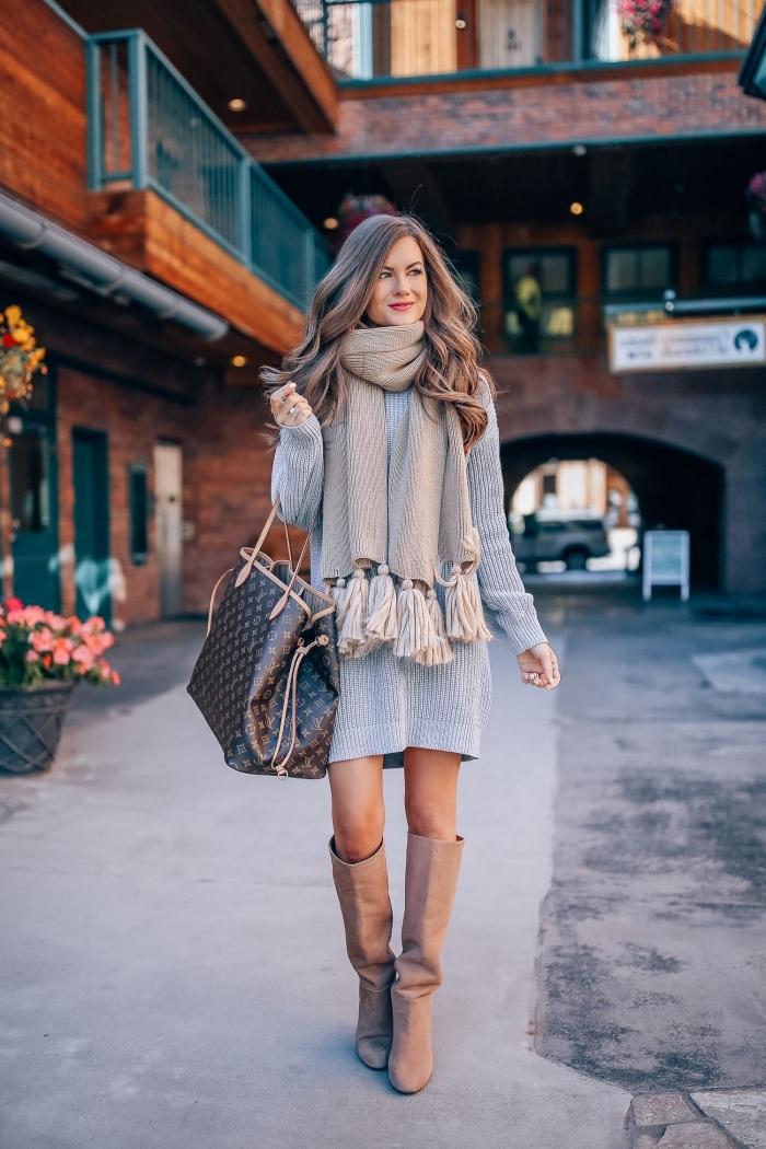 idée comment bien s'habiller en gros pull femme de couleur grise combiné avec écharpe beige à tassels et sac à main