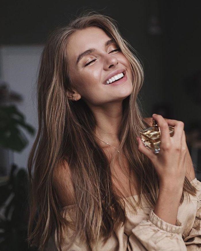 Belle fille avec parfum, coupe cheveux long, la meilleure tendance coiffure 2020, longs cheveux pour les romantiques