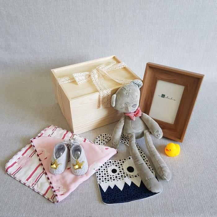 Boite bébé avec petit jouet et choses à la conforme de l'idée zero dechet, panier garni a composer soi meme, cadeau écolo homme