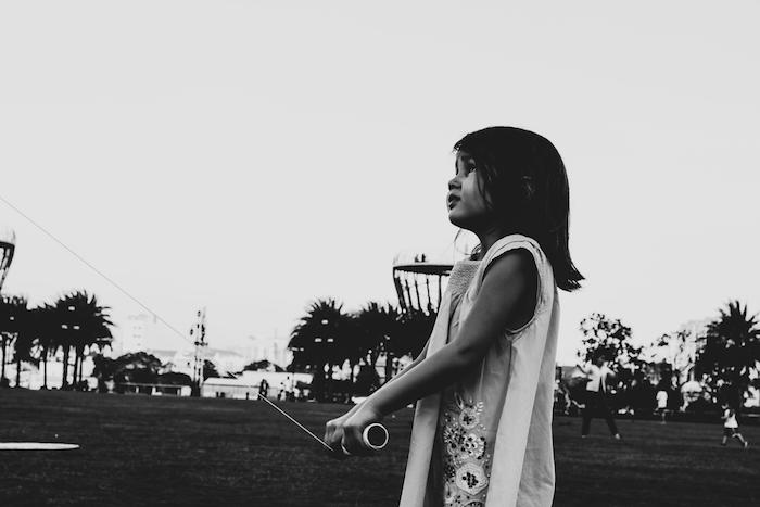 Fille avec son cerf volant, fond d'écran sombre photo, inspiration photographie artistique noir et blanc, fond ecran noire et blanche