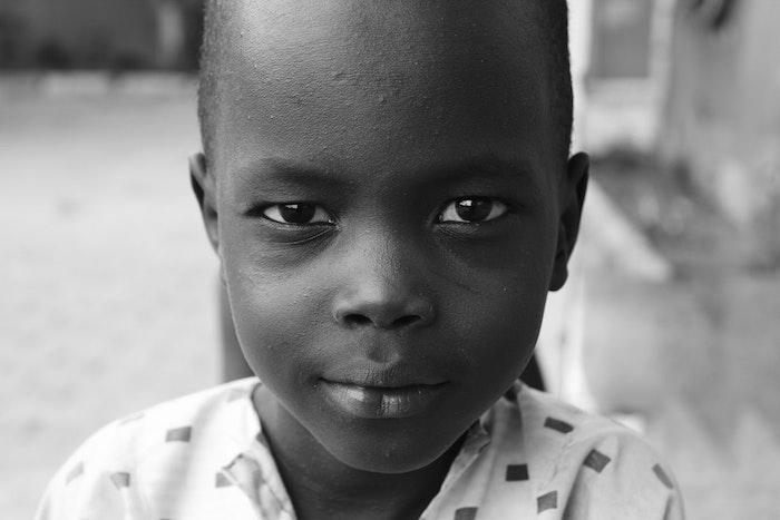 Enfant souriant, belle photographie, image noir et blanc, est-ce que le blanc est une couleur