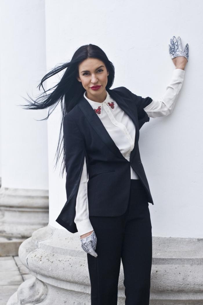 modèle de tailleur pantalon femme chic de couleur noire avec blazer manches fendues et chemise originale blanche