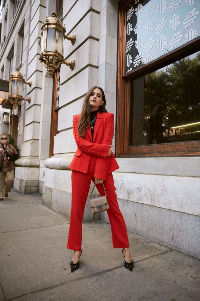 comment porter un tailleur pantalon femme chic pour mariage de couleur rouge avec pull et chaussures à talons noirs