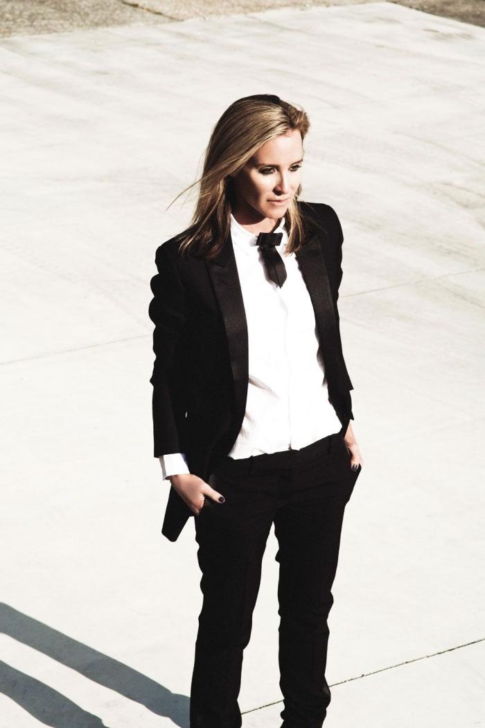 comment bien s'habiller pour une cérémonie officielle femme en pantalon, tenue classe en smoking pour femme