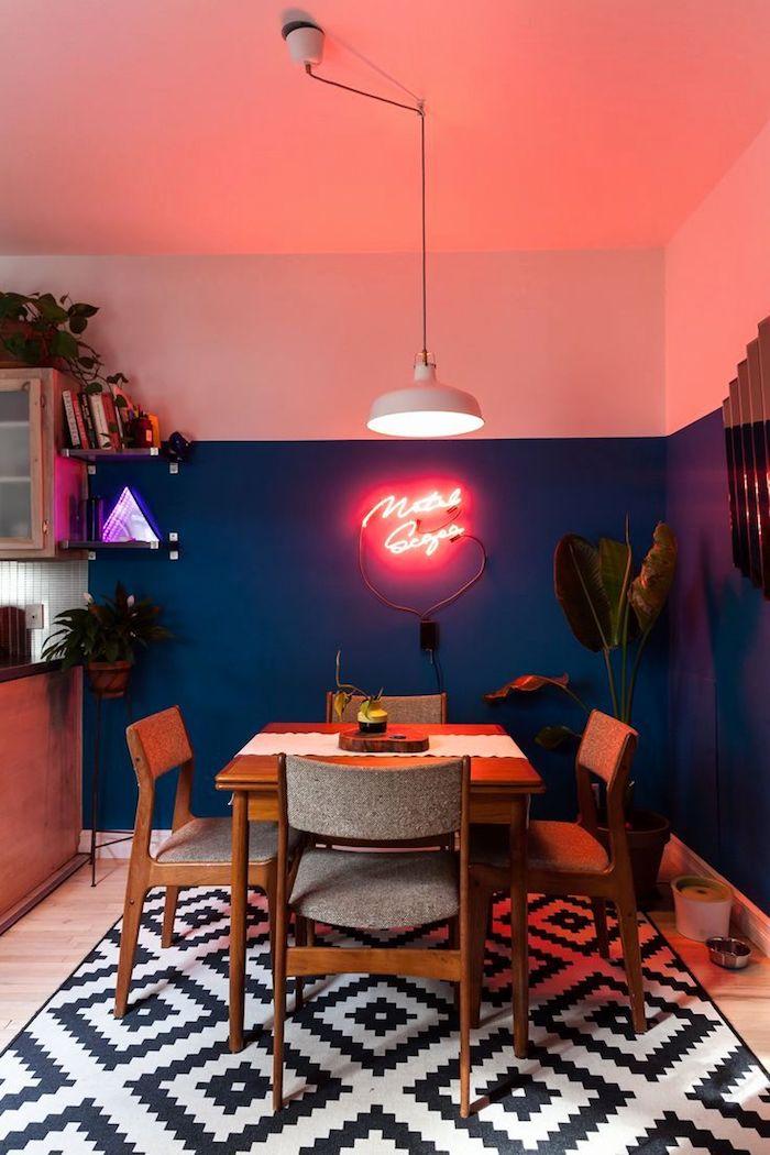 Bleu et blanc peinture sur mur et signe néon, comment peindre une chambre, joviale decoration chambre coloré