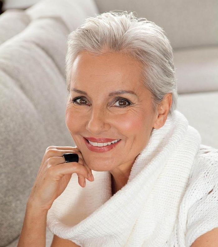 coupe courte cheveux blancs de femme agée, idée quelle coupe de cheveux pour cheveux fins