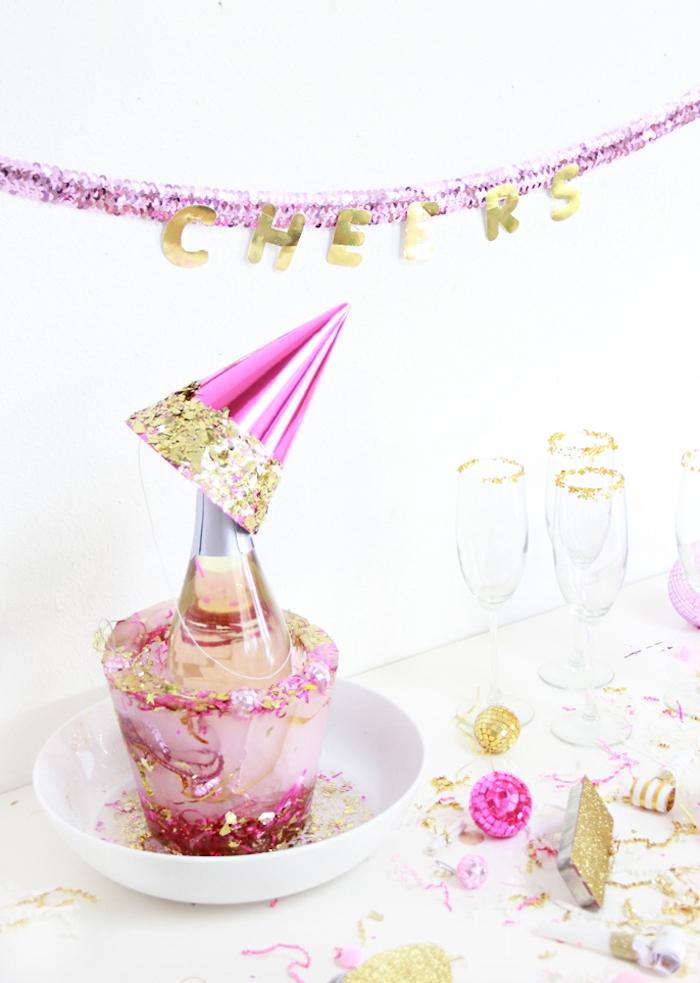 diy décoration pour feter le nouvel an, guirlande papier, diy cpaheau de fete, confettis, mini boules à facettes disco
