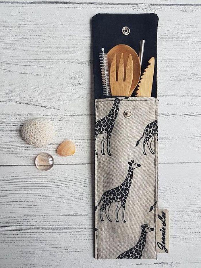 Fourchette et couteau en bois cadeau zéro déchet, quoi offrir a ses amis ecolo dans un nécessaire enfant