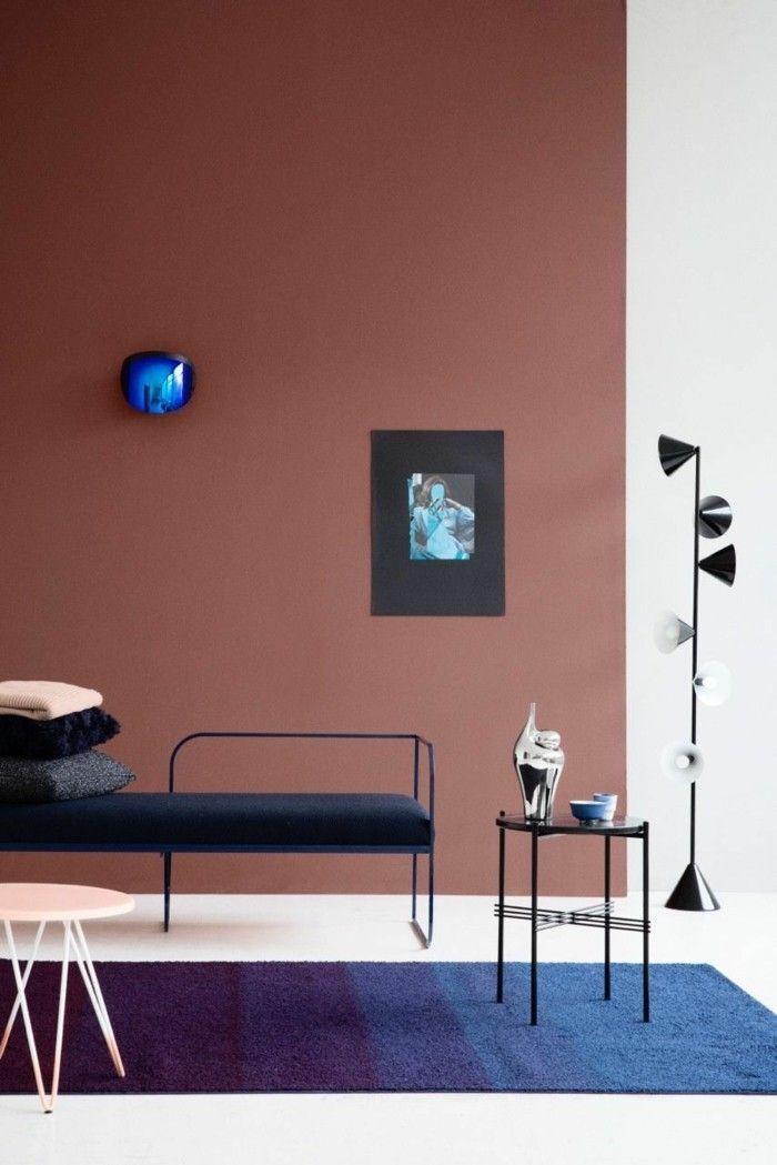Tapis bleu sombre sur sol blanc et mur en deux couleurs brune et blanc, lampe design, comment disposer les couleurs de peinture dans une pièce moderne