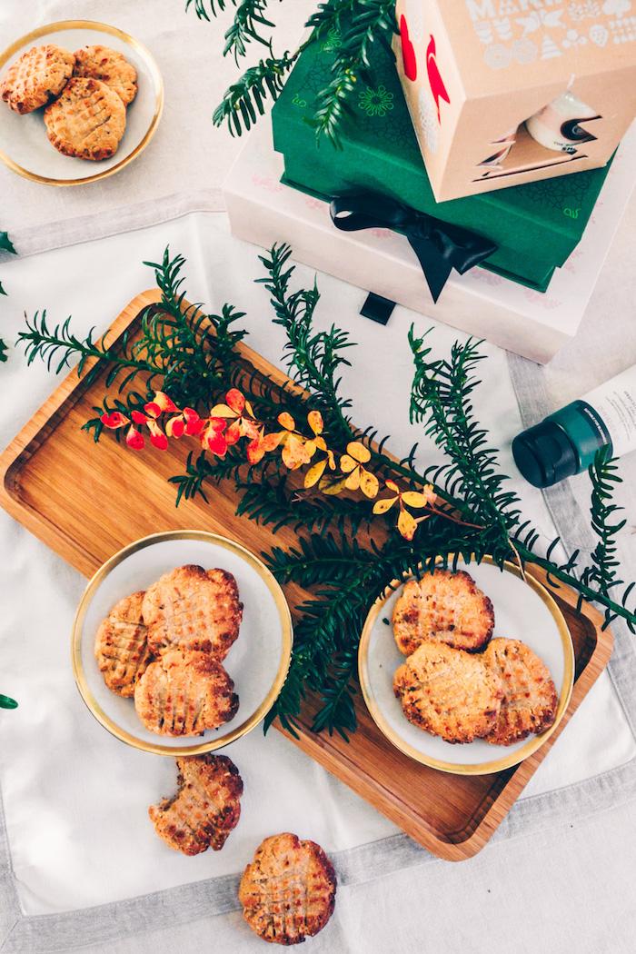 recette biscuit de noel à la farine d amande, beurre de cacahuete, banane rapée, poudre à lever et sucre de cacao