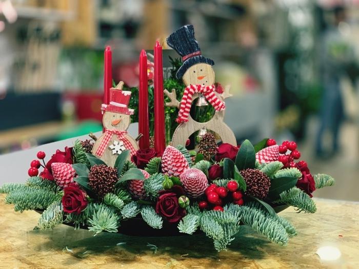 modèle de composition festive en branches de sapin roses et fruits, DIY arrangement de Noël avec bougies et figurines en bois