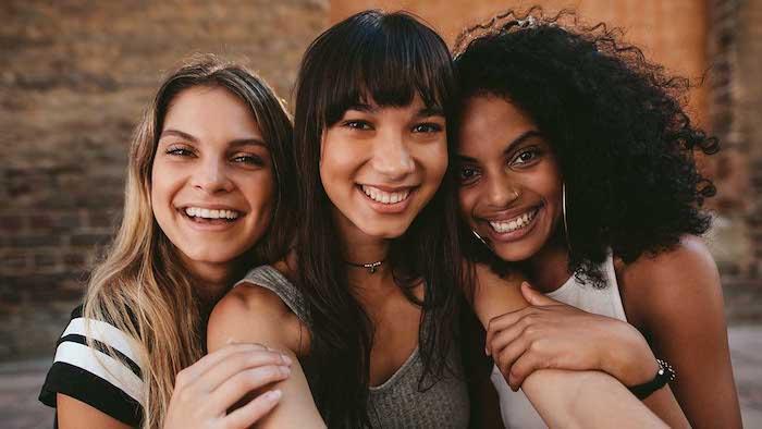 Trois amies photo fille souriante, idée coupe cheveux mi long femme, modele coiffure femme mode