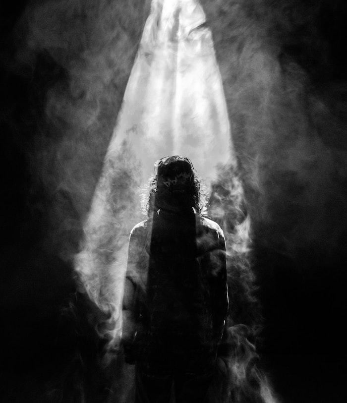 Noir et blanc image fond d'écran silhouette d'homme, photographie noir et blanc d'homme entouré de fumme