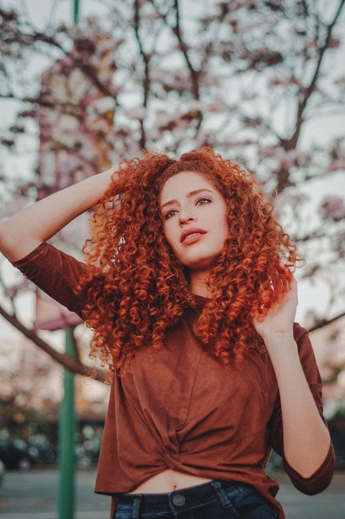 Crépus cheveux rouges, idée coiffure carré long sur cheveux bouclés, image tendance coiffure 2020 femme moderne