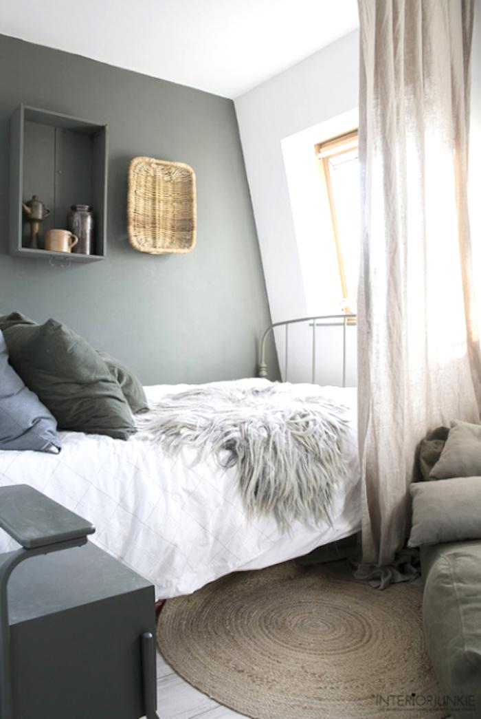 Chambre à coucher gris et blanc sous comble, tapis ronde beige peindre un mur, peindre une chambre en deux couleurs