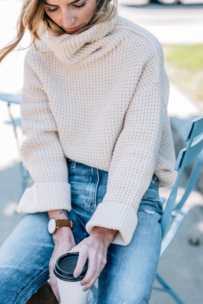 look casual chic en pull col roulé femme blanc à manches larges combiné avec jeans clairs, tenue hiver en pull et jeans