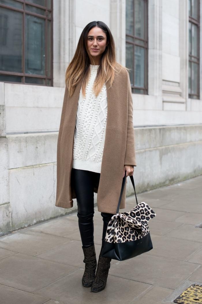 comment bien s'habiller en hiver en couleurs neutres avec accessoires tendances à motifs animaliers, tenue en pull torsadé femme