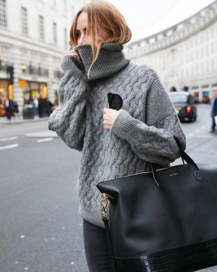 idée comment porter un pull col roulé femme à design oversize avec paire de jeans foncés et gros sac à main