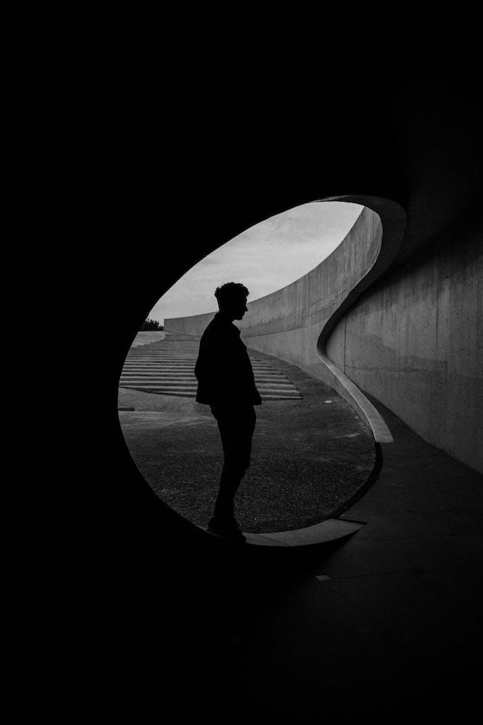 Silhouette d'homme en contre jour, lignes géométriques photo noir et blanc, peinture monochrome chic pour écran