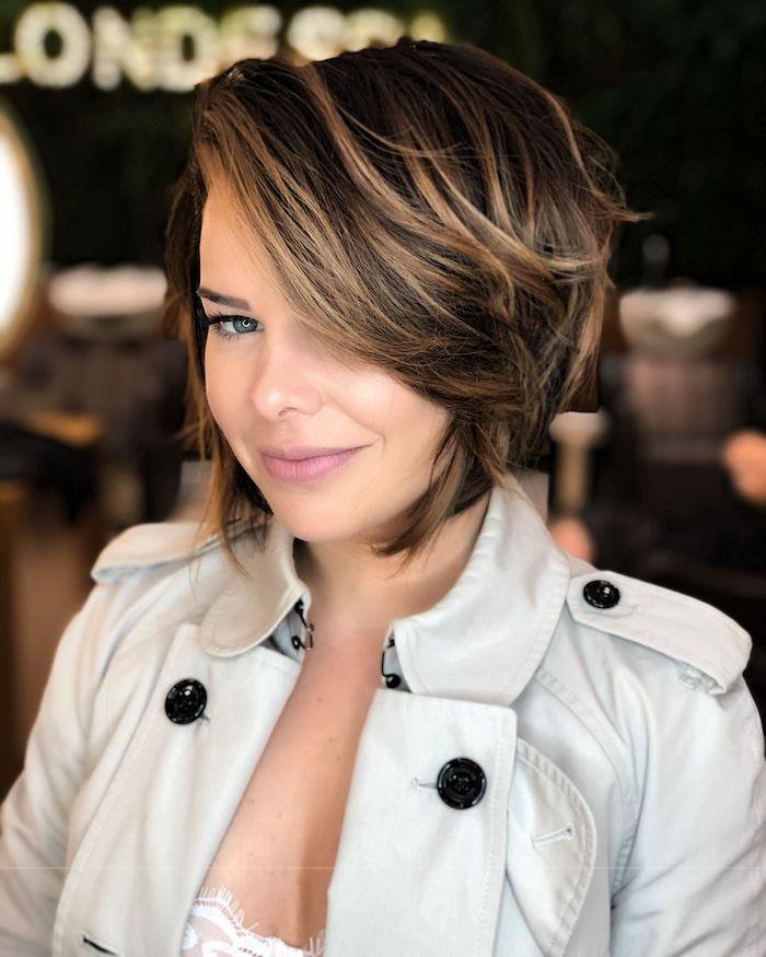 Femme moderne avec coiffure courte carré à coté et très dégradé, coupe au carré court, tendance coiffure 2020 style feminin moderne