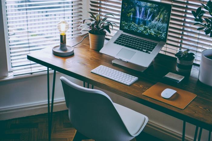 comment faire un meuble diy facile avec planche bois et pieds métal, aménagement coin de travail à domicile