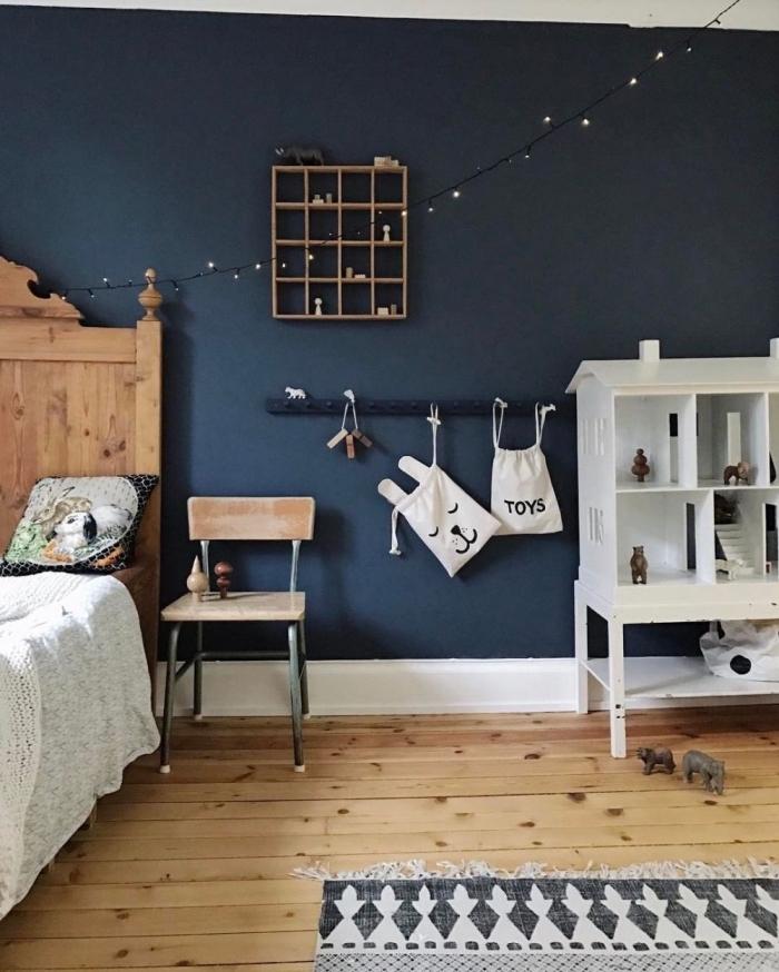 idée de couleur de peinture pour chambre d'enfant scandinave, design chambre à coucher en bleu foncé et bois