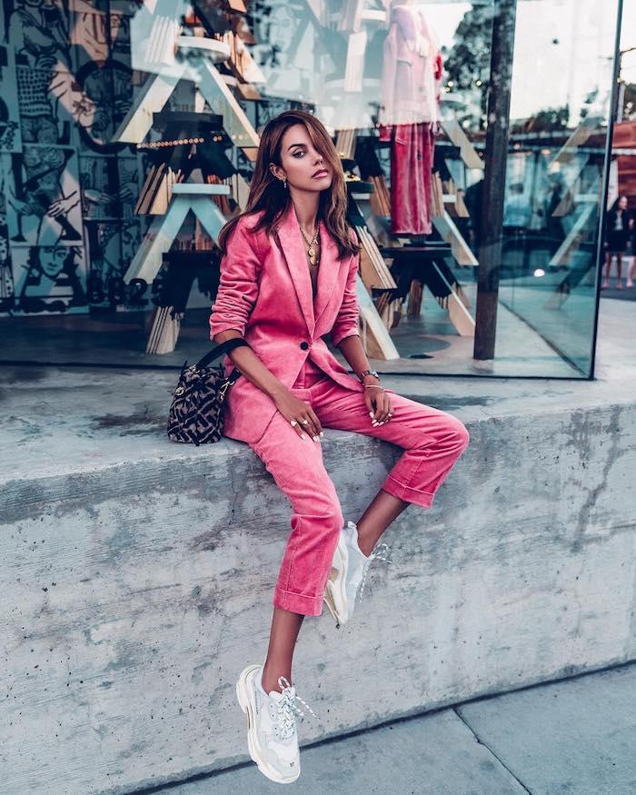 Tailleur rose en velours, idée style vestimentaire femme, beauté et mode style de rue, tenue avec baskets