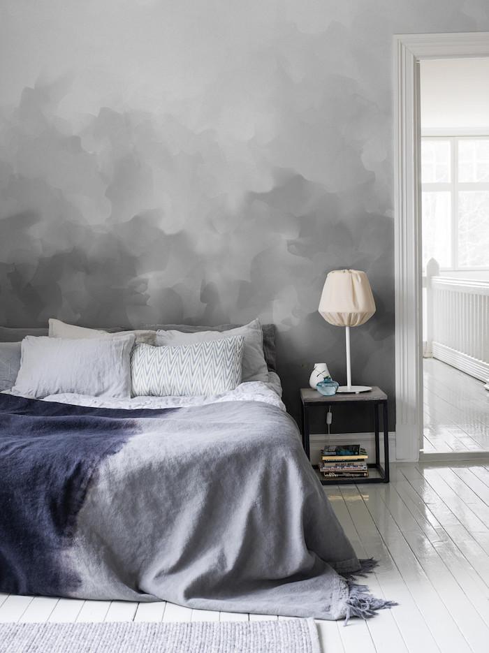 MUr gris et blanc dégradé, table de chevet noire avec lampe en dessus, idée peinture chambre, peindre un mur deux couleurs