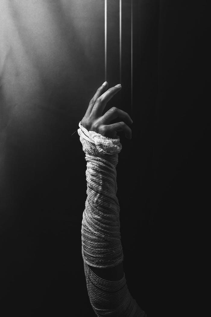 Main noir et blanc, photo esthétique sombre harmonie, sentir l'emotion de la photo noir et blanc
