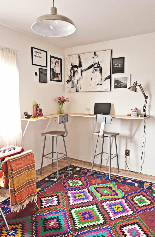 modèle de bureau fait maison avec planches de bois et pieds en métal, déco coin de travail avec bureau d'angle