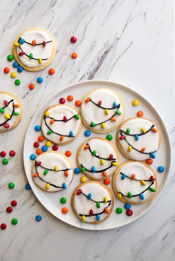 recette de sablé facile et rapide au sucre et beurre avec decoration glaçage blanc guirlande de chocolat et bonbons chocolat mm colorés