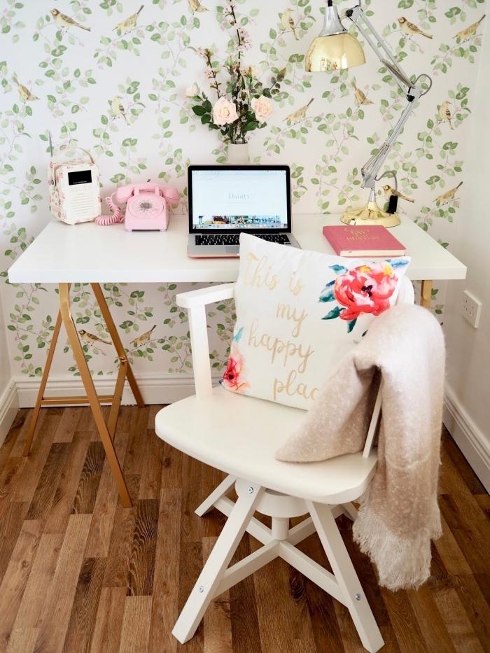 exemple comment décorer un bureau domicile dans chambre féminine avec meuble diy en bois et pieds métal