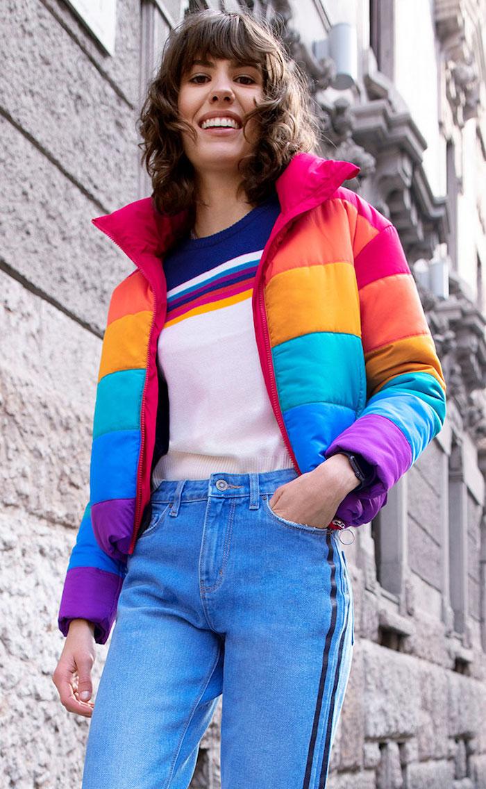 Femme bien habillée avec une veste coloré style année 90, tenue sport femme, comment porter un pantalon cargo hip hop style