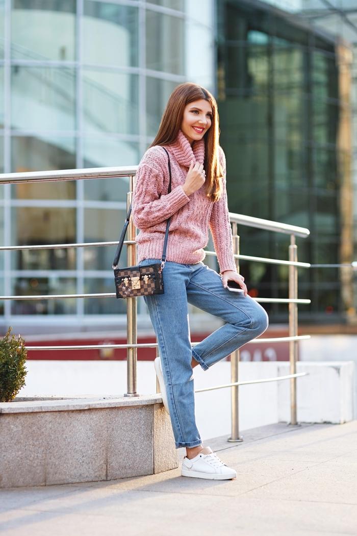 comment porter un pull de marque couleur rose avec paire de jeans clairs et baskets blanches, mode femme hiver