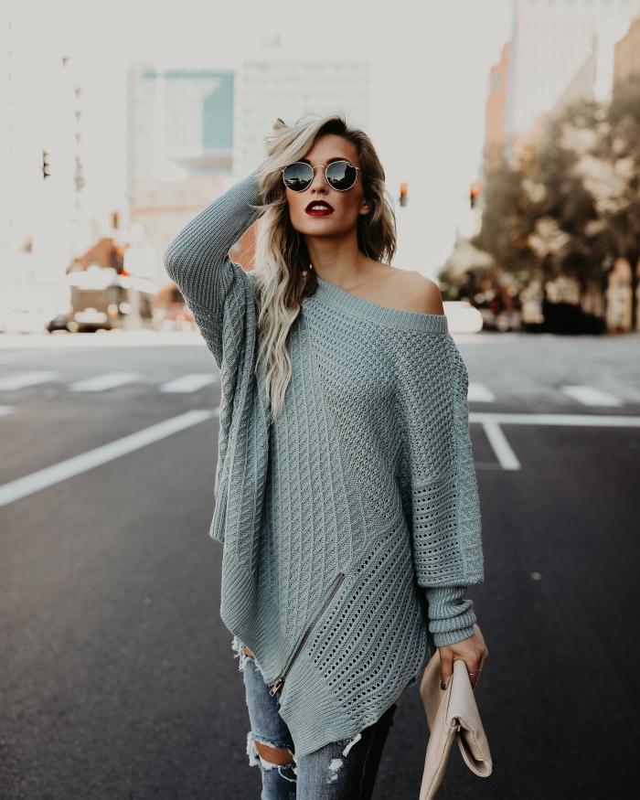 look moderne en jeans troués avec pull long femme de couleur gris à épaule asymétrique, maquillage avec rouge à lèvre rouge foncé