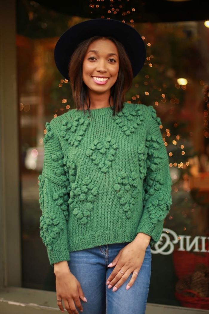 modèles de pulls femme originaux tendance 2019 avec décoration coeurs en pompons, couleur vert tendance mode femme