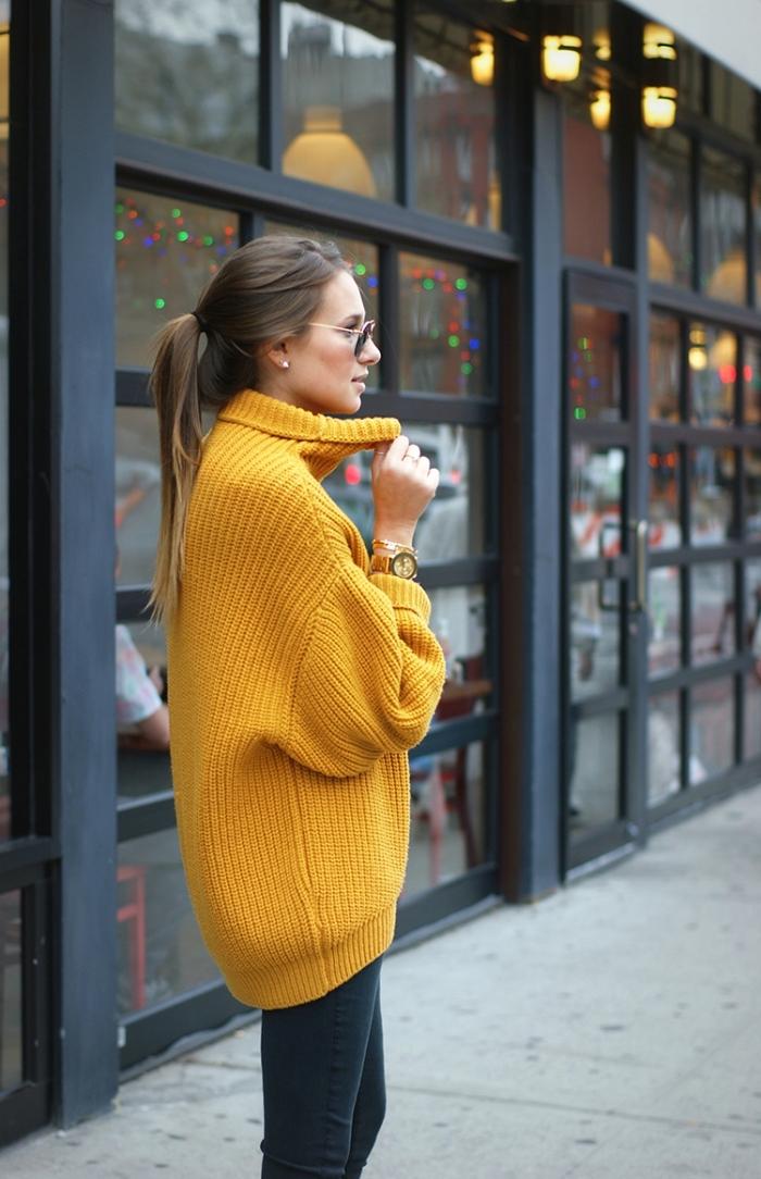 comment porter le gros pull femme d'hiver avec pantalon slim, idée tenue chic en top jaune et pantalon noir