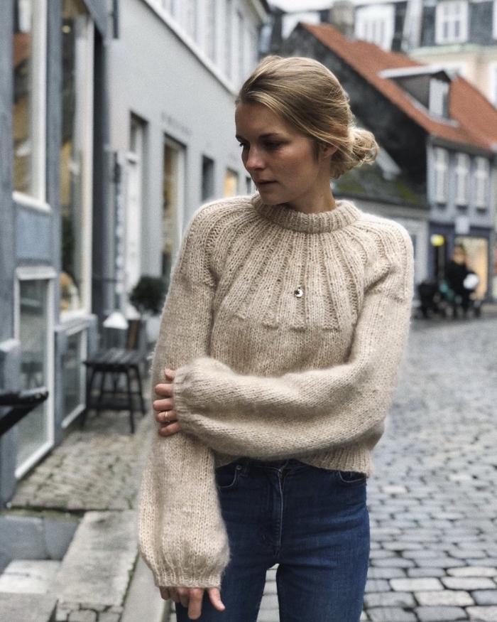 vision féminine en jeans slim foncés et pull stylé de couleur beige, idée tenue d'hiver femme en pull et jeans fit