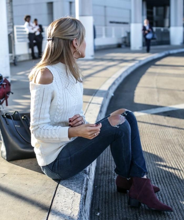 comment porter les jeans troués avec un pull chic aux épaules dénudées, idée pulls femme originaux à épaules nues
