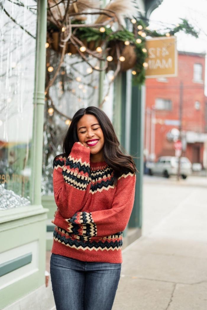 idée tenue cozy pour Noël en pull de marque à imprimés fair isle de couleur rouge combiné avec paire de jeans foncé