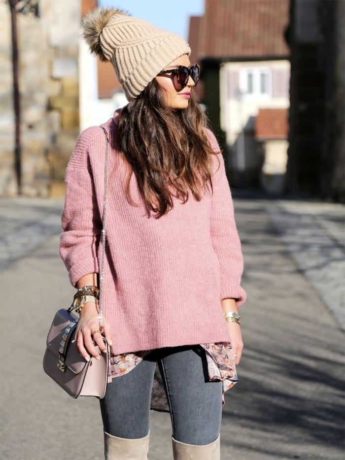 exemple comment porter le rose en hiver, tenue femme chic en jeans foncés et pull de marque en rose pastel