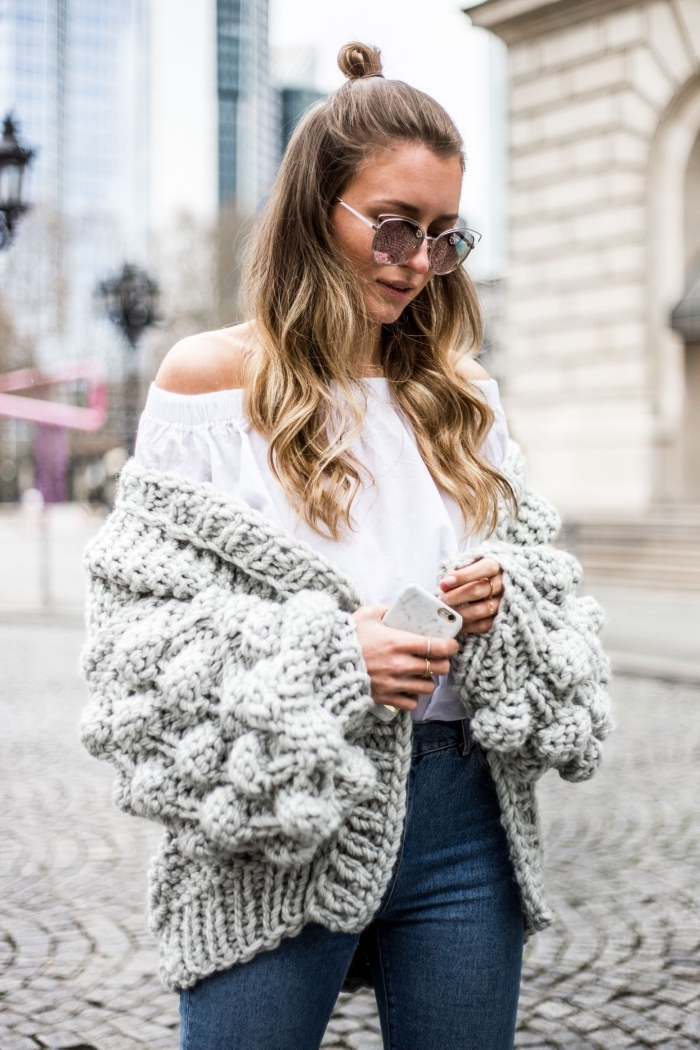 idée comment porter un gros pull femme en version gilet avec une blouse épaules dénudées blanche et jeans foncés