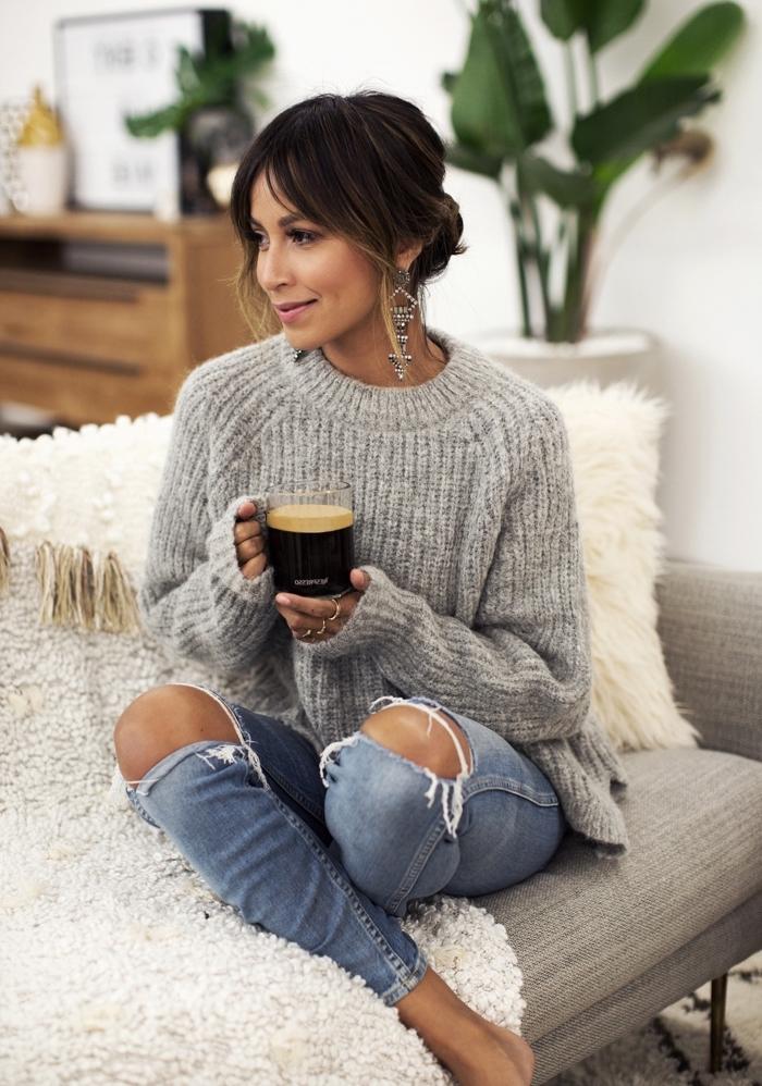 look cozy et confortable d'hiver en pull de marque nuance grise et jeans déchirés, accessoires boucles d'oreilles pendantes tendance