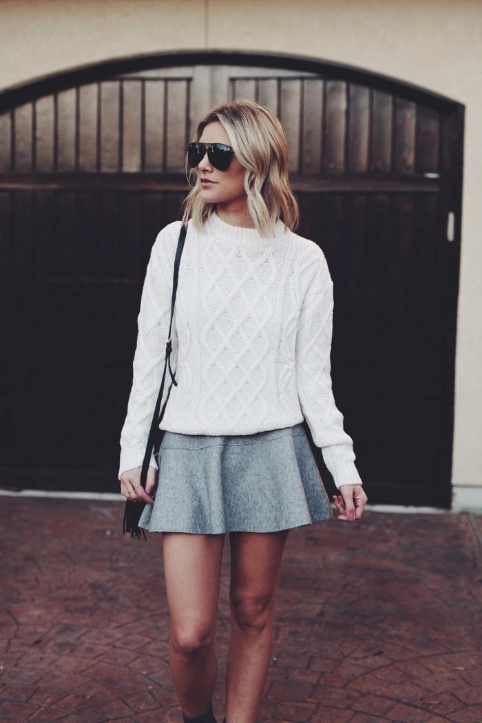 tenue d'hiver en pull blanc et jupe grise, exemple comment bien assortir les couleurs de ses vêtements femme