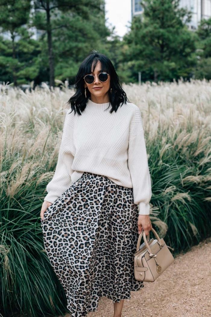 tenue femme élégante en pull stylé blanc combiné avec jupe à motifs léopard, idée look stylé femme en blanc et noir