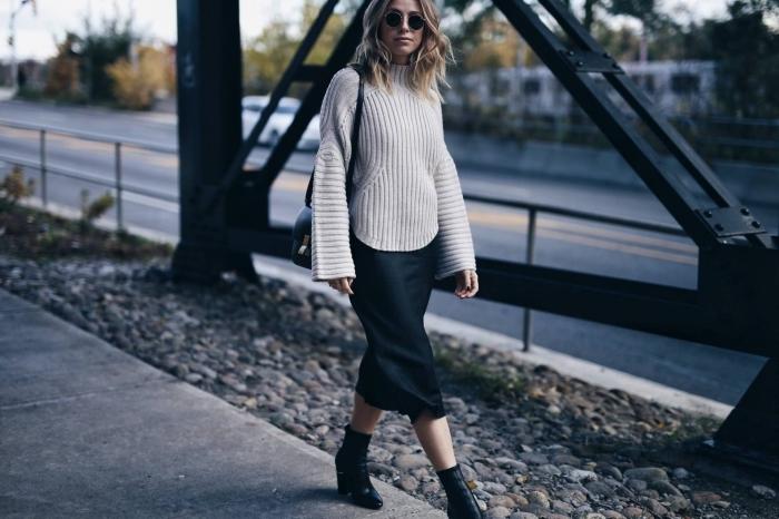 comment bien assortir les couleurs de ses vêtements, idée tenue stylée en pull laine femme et jupe longueur genoux noire